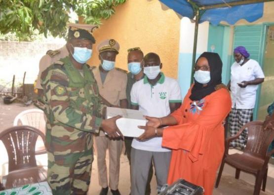 Remise de vivres et de médicaments aux postes de santé de Diagnon et Kamaracounda